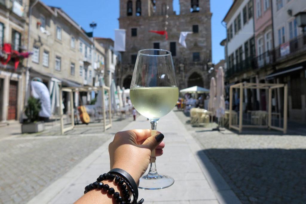 dona-petisca-vinho